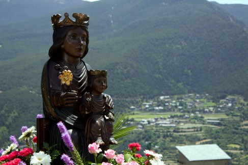 La imatge de la Mare de Déu de Canòlich, amb la rosa de Rialb a la mà.